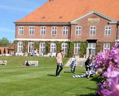 Hindsgavl Slot på Fyn ligger skønt
