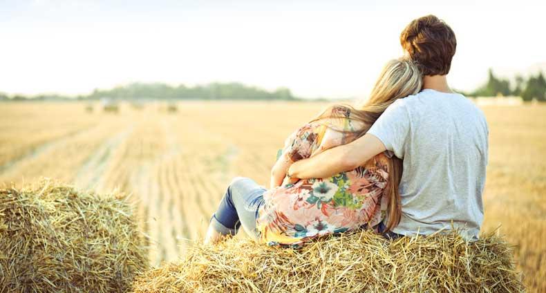 Nyforelsket par nyder udsigten sammen