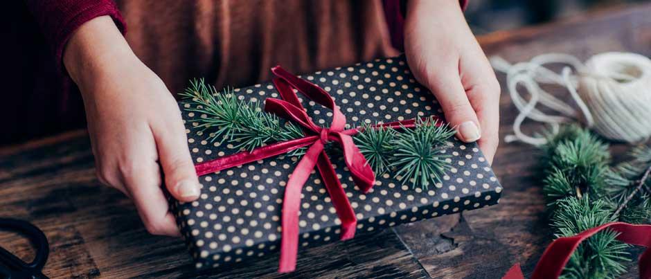 Flot indpakning af en julegave sprede glæde