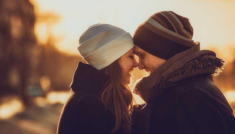 Forelsket kærestepar hygger sig