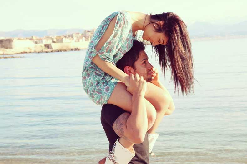Forelsket par på stranden