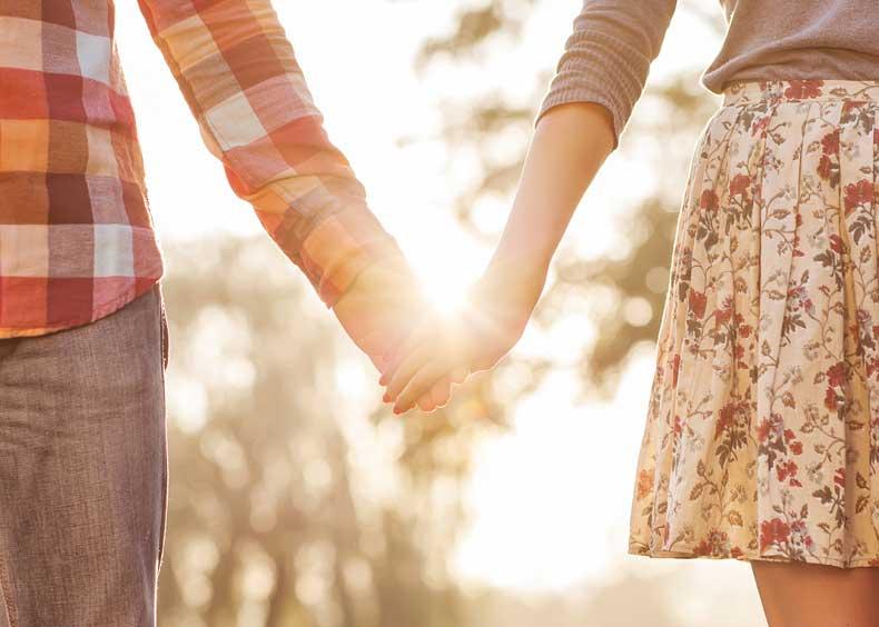 Lykkeligt par holder i hånden