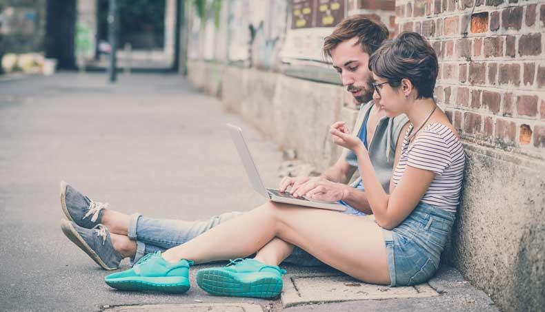 Kærestepar der sidder og taler sammen