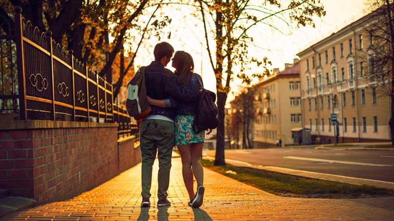 Par går tur sammen