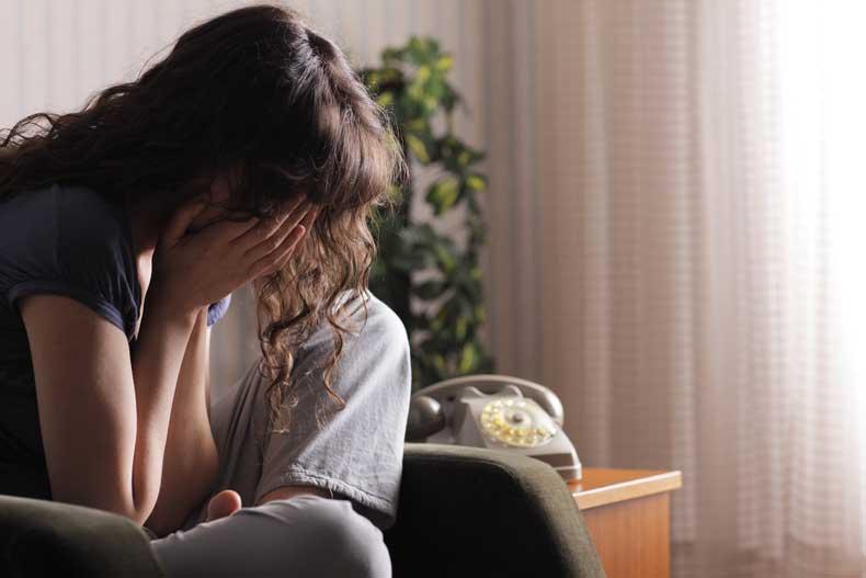 Kvinde græder over dårlig samvittighed