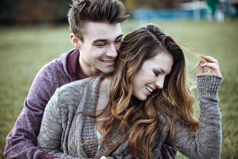 Kærestepar der hygger sig