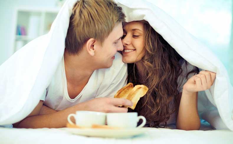Romantisk morgenmad i sengen