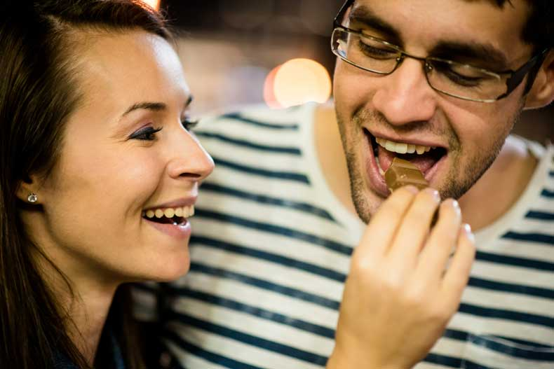 Kærestepar spiser chokolade sammen
