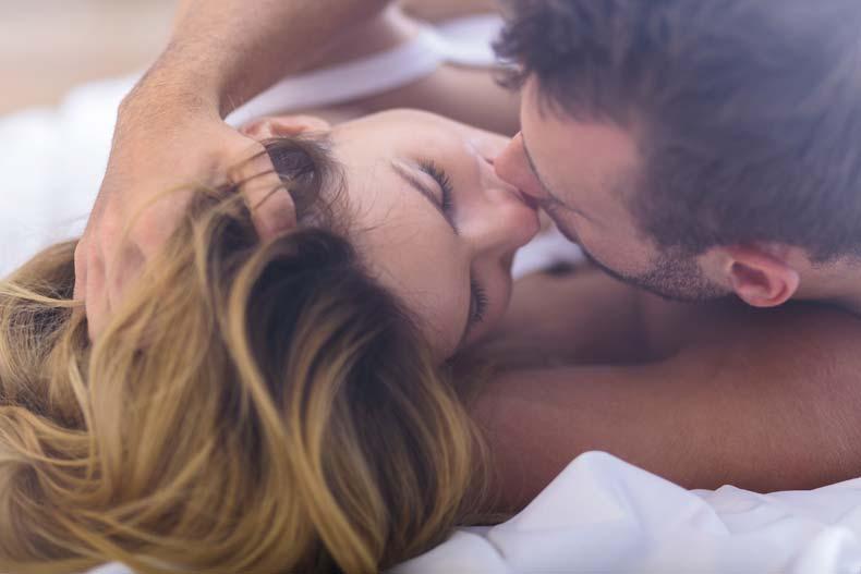Erotisk par i sengen
