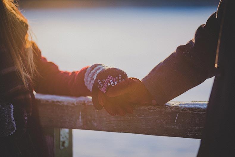 Kærestepar holder i hånden i frostvejr
