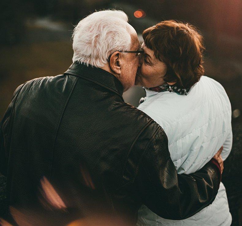 Ældre par kysser