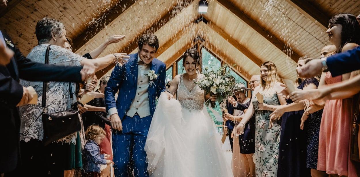 Brudepar får ris efter deres vielse