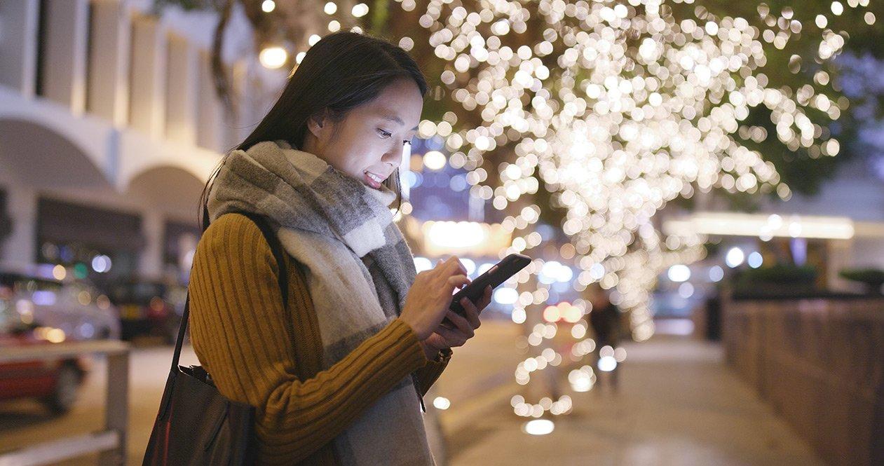 Kvinde kigger på dating app