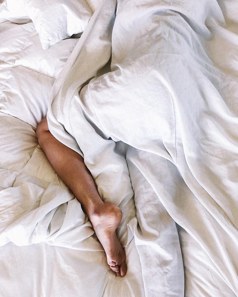 Ligger i sengen efter sex
