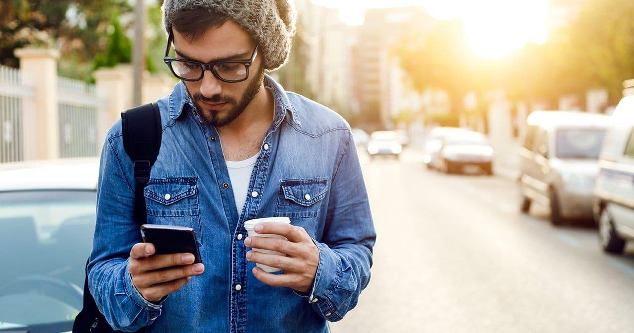 Mand kigger på dating app