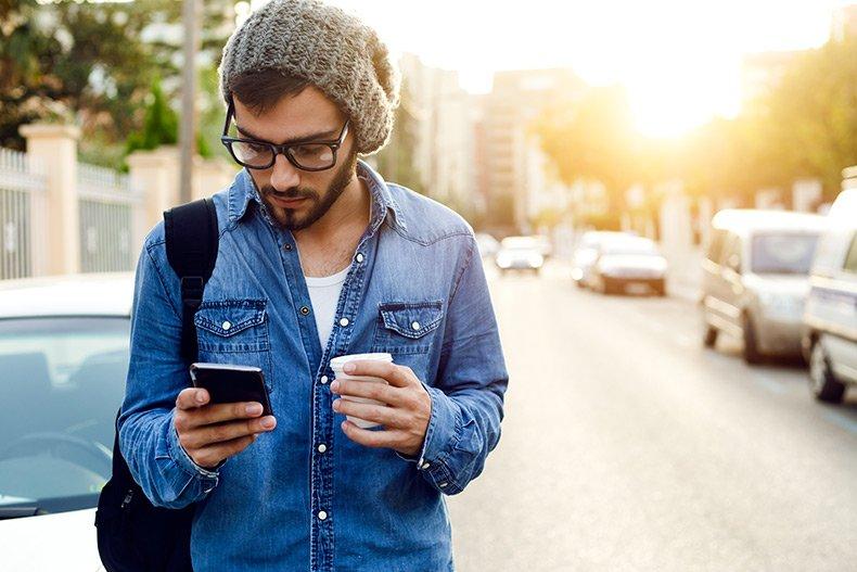 Mand leder efter online dating