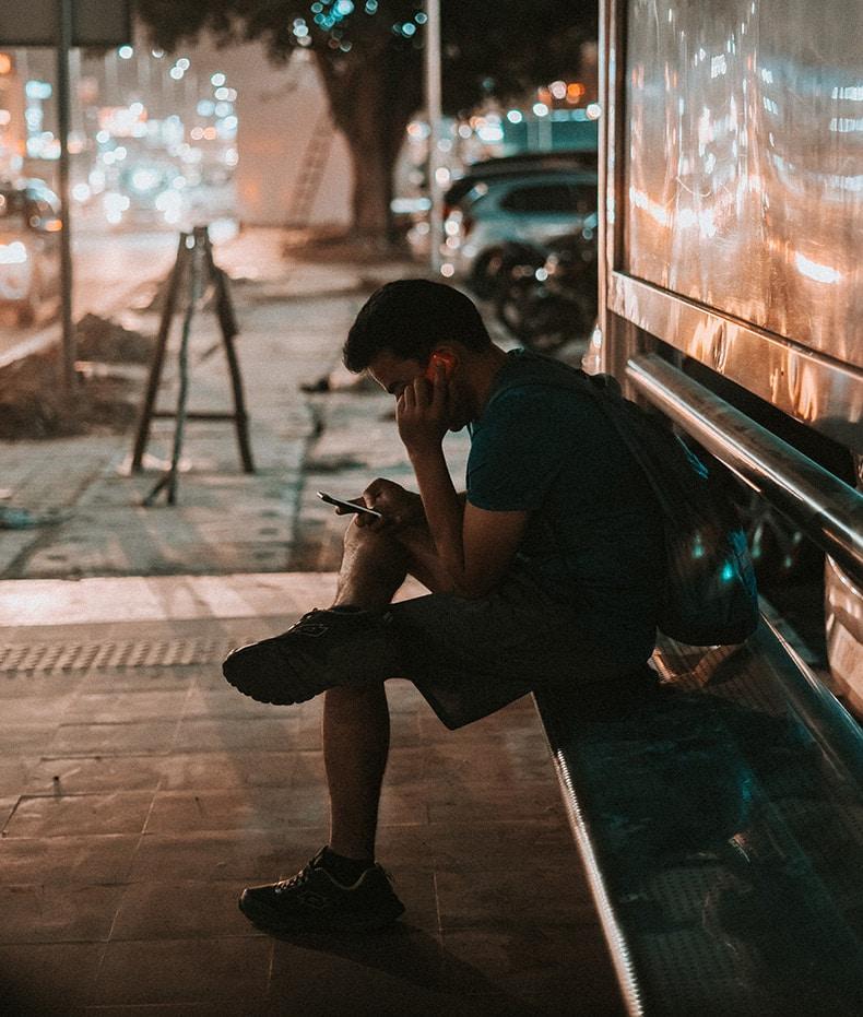 Mand sidder alene