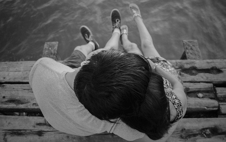 Par der sidder ved vandet