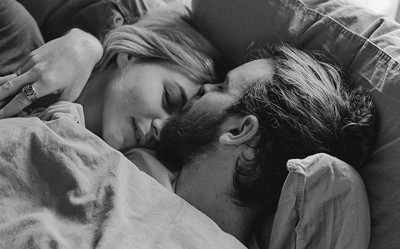 Par ligger i sengen og giver komplimenter