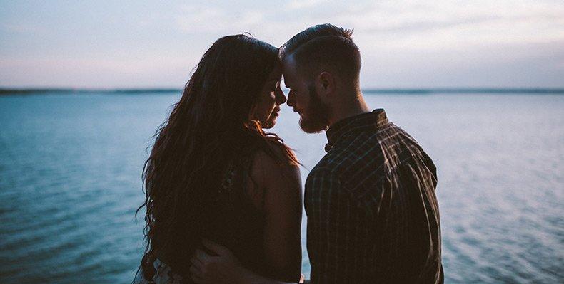 Par på stranden skal til at kysse